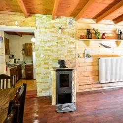 Salon z aneksem kuchennym i kominkime